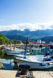 Overzeese voorzijde met toeristenboten, Montenegro, Budva. Stock Afbeelding