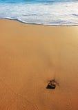 Overzeese zand en branding met kiezelsteen Royalty-vrije Stock Foto