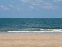 Overzeese zand en hemel Royalty-vrije Stock Foto's