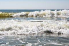 Overzeese zandhemel en de zomerdag Mooi Tropisch Strand Mooi strand en tropische overzees Zeekust stock afbeeldingen