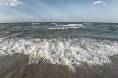 Overzeese zandhemel en de zomerdag Mooi Tropisch Strand Mooi strand en tropische overzees Zeekust royalty-vrije stock foto