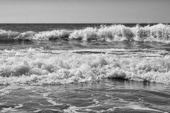 Overzeese zandhemel en de zomerdag Mooi Tropisch Strand Mooi strand en tropische overzees Zeekust royalty-vrije stock foto's