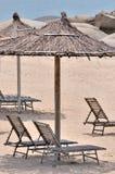 Overzeese zandzonnescherm en stoel Royalty-vrije Stock Foto's