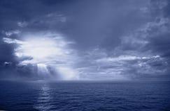 Overzeese zon en wolken stock afbeeldingen