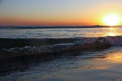 Overzeese zonsondergang Brandingsgolven in het licht van de het plaatsen zon royalty-vrije stock fotografie