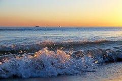Overzeese zonsondergang Brandingsgolven in het licht van de het plaatsen zon royalty-vrije stock foto's