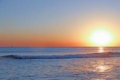 Overzeese zonsondergang Brandingsgolven in het licht van de het plaatsen zon royalty-vrije stock afbeeldingen