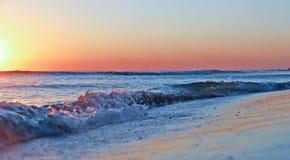 Overzeese zonsondergang Brandingsgolven in het licht van de het plaatsen zon stock fotografie