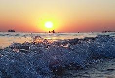 Overzeese zonsondergang Brandingsgolven in het licht van de het plaatsen zon stock afbeeldingen