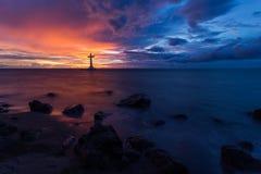 Overzeese zonsondergang en christelijk kruis Stock Fotografie