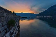 Overzeese zonsondergang op bergenachtergrond Royalty-vrije Stock Foto's