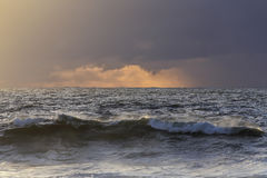 Overzeese zonsondergang vóór regen Royalty-vrije Stock Afbeelding