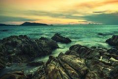 Overzeese zonsondergang of zonsopgang met kleurrijk van hemel en wolk in schemering stock fotografie