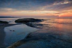 Overzeese zonsopgang bij de kust van de Zwarte Zee dichtbij Ravda, Bulgarije Rotsachtige zonsopgang Royalty-vrije Stock Foto
