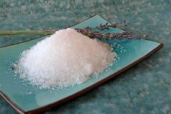 Overzeese zout en lavendelbloemen Stock Fotografie
