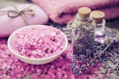 Overzeese zoute, droge lavendel, etherische olie en lavendelbloemen Royalty-vrije Stock Foto's