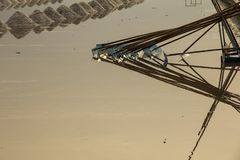 Overzeese zoute verdampingsvijver in Petchaburi, Thailand stock foto's