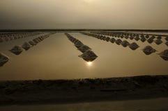 Overzeese zoute verdampingsvijver in Petchaburi, Thailand royalty-vrije stock afbeeldingen