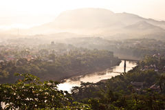Overzicht aan het oosten van de stad van Luang Prabang bij zonsopgang Stock Fotografie