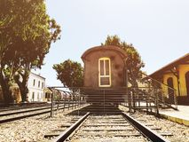 Overzicht van de sporen en een wagen, in het oude station in Tel Aviv, Israël stock fotografie