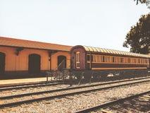 Overzicht van de sporen en een wagen, in het oude station in Tel Aviv, Israël stock foto's
