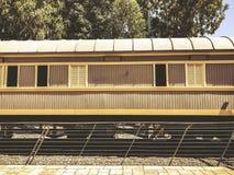 Overzicht van de sporen en een wagen, in het oude station in Tel Aviv, Israël royalty-vrije stock foto