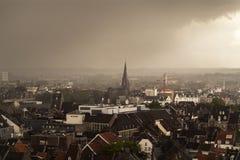 Overzicht van de stad met regen die omhoog komen royalty-vrije stock foto