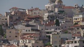 Overzicht van een Arabische stad in Israël met een grote moskee die hierboven toenemen stock videobeelden