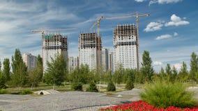 Overzicht van een grote bouwwerf timelapse dichtbij nieuwe moskee en het Paleis van Vrede en Verzoening in Astana stock videobeelden