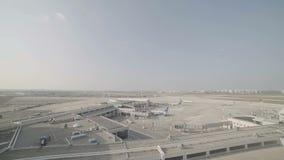 Overzicht van een grote luchthaven met vliegtuigen en terminals stock videobeelden
