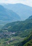 Overzicht van een Italiaanse stad in bergen Stock Foto's