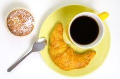 Overzicht van een koffiemok met croissant en een cupcake Royalty-vrije Stock Fotografie