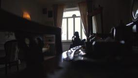 Overzicht van een retro ruimte met een mooi piano en een binnenland stock video