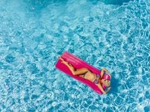 Overzicht van een Schitterend Blonde Modelposing outdoors near een Zwembad royalty-vrije stock foto