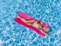 Overzicht van een Schitterend Blonde Modelposing outdoors near een Zwembad stock afbeelding