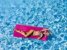 Overzicht van een Schitterend Blonde Modelposing outdoors near een Zwembad royalty-vrije stock fotografie