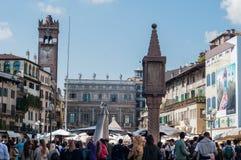 Overzicht van erbavierkant in Verona met zijn restaurants en teken Stock Foto