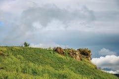 Overzicht van heuvel en gebieden op een bewolkte dag dichtbij de stad van Frascati Stock Foto