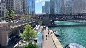 Overzicht van Hoger & Lager Chicago bij Wacker-Dr. en riverwalk stock videobeelden