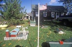 Overzicht van miniatuurlandbouwbedrijf met vlag en dorp, New England Stock Foto's