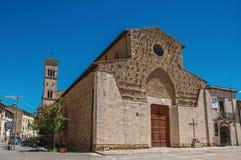 Overzicht van oude kerk en klokketoren in een vierkant in Colle Di Val D ` Elsa Royalty-vrije Stock Afbeeldingen