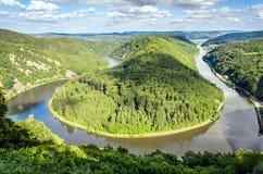 Overzicht van rivier Saar, de lijn dichtbij Mettlach, Duitsland Royalty-vrije Stock Foto's