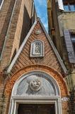 Overzicht van voorgevel van de oude bouw met beeldhouwwerken in marmer, in Venetië Stock Afbeeldingen