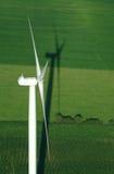 Overzicht van windturbine en groene weide Royalty-vrije Stock Afbeeldingen
