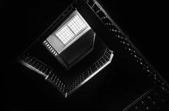Overzichten van de vierkante trap met zwart-wit zoldervenster, stock fotografie