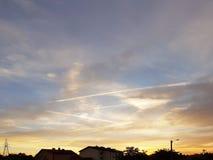 Overzichten van het dorp en het natuurlijke landschap tegen de achtergrond van een heldere zonsondergang Het gelijk maken van rom royalty-vrije stock foto