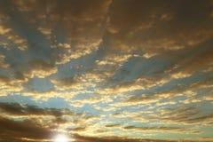 Overzichten van het dorp en het natuurlijke landschap tegen de achtergrond van een heldere zonsopgang Ochtend romantische stemmin stock foto