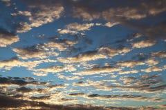 Overzichten van het dorp en het natuurlijke landschap tegen de achtergrond van een heldere zonsopgang Ochtend romantische stemmin stock afbeelding
