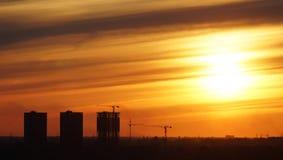 Overzichten van huizen in aanbouw tegen de zonsondergang royalty-vrije stock foto's