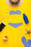 Overzichten van meisje in document zwempaktekening door krijt De toebehoren van het strand Hoogste mening Vlak leg De zomerreis e stock foto